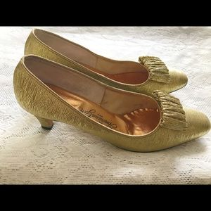 SOLD🤩Vintage 1960s Mod Gold Kitten Heels